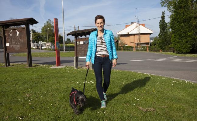 Multada con 1.000 euros por llevar a un perro suelto y no recoger sus heces en Gijón