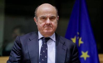 De Guindos ve en la zona euro «demasiados bancos, sucursales y personal»