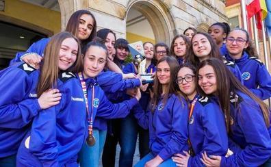 Caluroso homenaje municipal a las cadetes del Liberbank Gijón