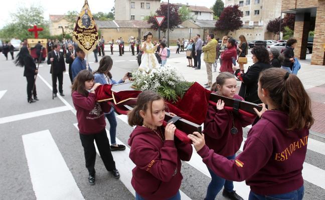 Los Estudiantes procesionan para celebran la Cruz de Mayo