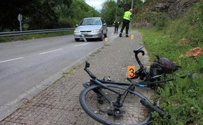 Herido un ciclista al chocar contra un vehículo en la carretera del Fitu