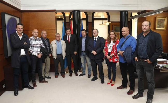 Javier Fernández recibe a los distinguidos con los premios de UGT