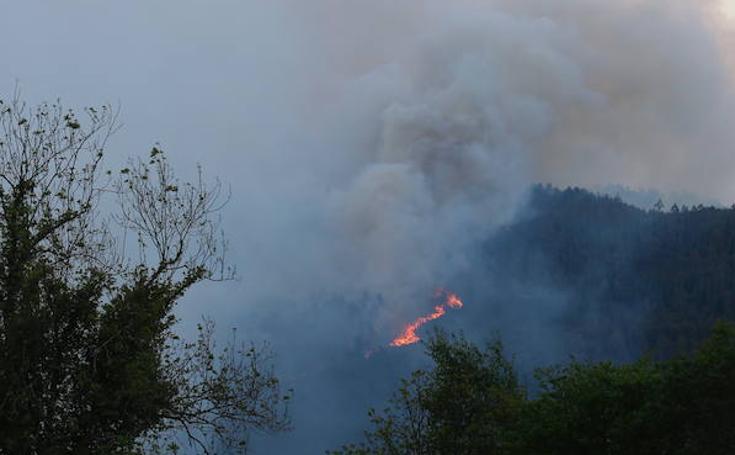 Las imágenes del incendio en Los Llanos de Cabruñana (Candamo)