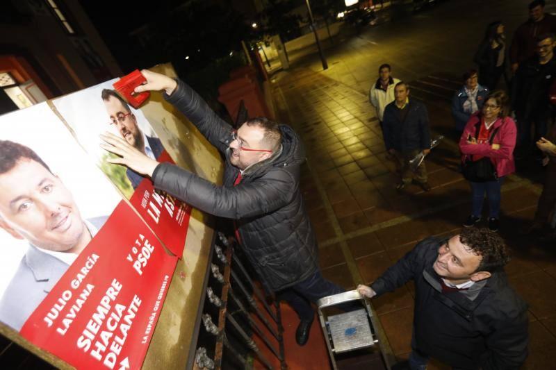 La tradicional pegada de carteles abre el inicio de la campaña electoral en Asturias