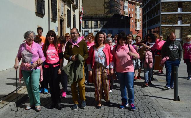 Cangas se viste de rosa y camina para apoyar la lucha contra el cáncer de mama
