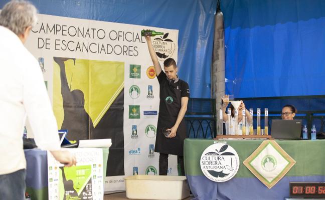 El llanerense Rubén Campa gana el Concurso de Escanciadores de Cabranes