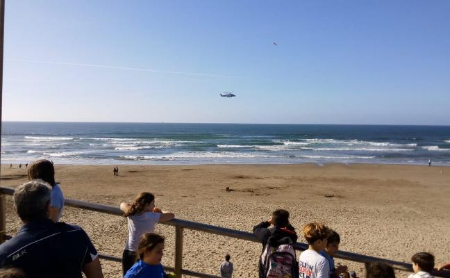 Un surfista rescata a una adolescente de 14 años en la playa de Salinas