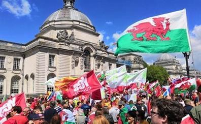 Miles de personas acuden a la primera manifestación independentista en Gales