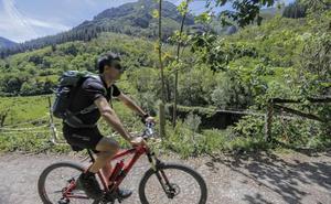 Muere un ciclista de 60 años en la Senda del Oso en Proaza
