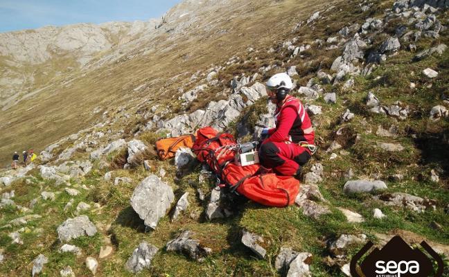 Evacuada al HUCA en helicóptero una senderista accidentada en el Urriellu