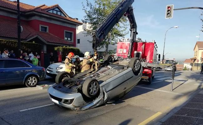 Tres heridos al volcar un coche en la avenida de los Monumentos