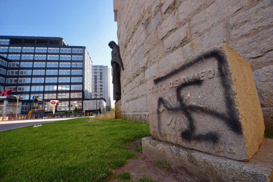Pintan de negro los monolitos de la plaza del Fresno de Oviedo