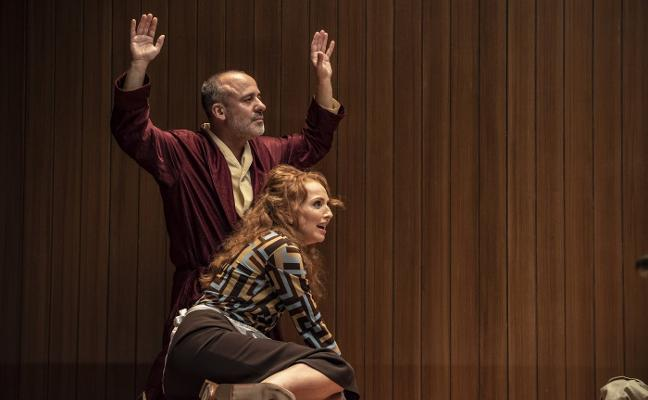 Javier Gutiérrez y Cristina Castaño descubren al Sr. Schmitt en el Niemeyer