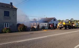 Los bomberos evitan que se calcine una casa en El Franco