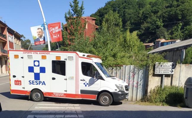 Un langreano de 72 años, herido de gravedad tras ser atropellado en La Felguera