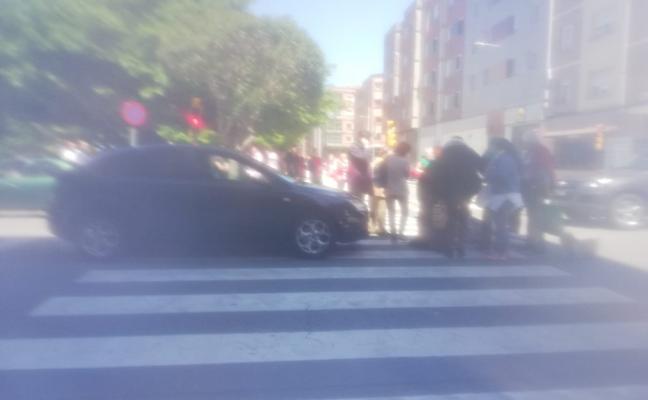 Atropellan a una mujer que cruzó en rojo la calle