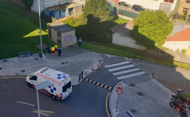 Rescatan a un hombre que se cayó en una acequia en Gijón