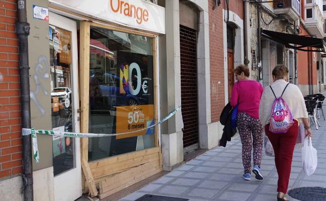 Vuelven a asaltar de madrugada una tienda de telefonía a la entrada de Llanes