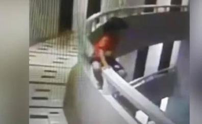 Una niña de cinco años sobrevive tras caer desde el piso 11 de un hotel