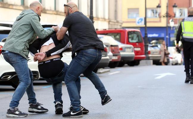 Dos detenidos tras una espectacular persecución policial por el centro de Oviedo