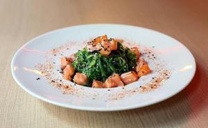 Ensalada de alga wakame, salmón toro y shichimi togarashi