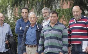 Los ganaderos asturianos, hartos de las quejas de turistas por el canto de los gallos o el olor del cuchu