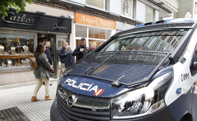 La Policía evita por segundos el robo en una joyería de Gijón