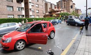 Herido tras volcar con su coche en Gijón