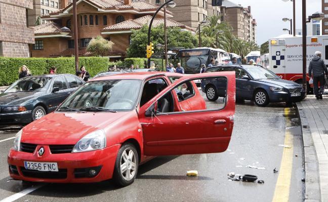 Vuelca un coche en la calle Ezcurdia tras la colisión de tres vehículos