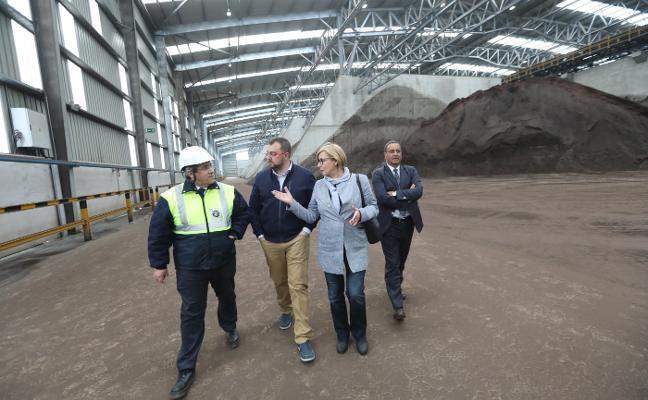 Barbón se compromete a «garantizar el futuro del puerto y de la industria»