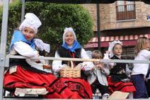 El desfile de carrozas, protagonista del domingo de San Isidro en Piedras Blancas