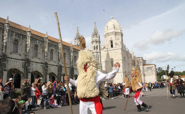 Las mascaradas asturianas se lucen en el festival de Lisboa