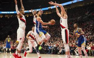 Curry vuelve a brillar con los Warriors y deja a los Blazers al filo de la eliminación