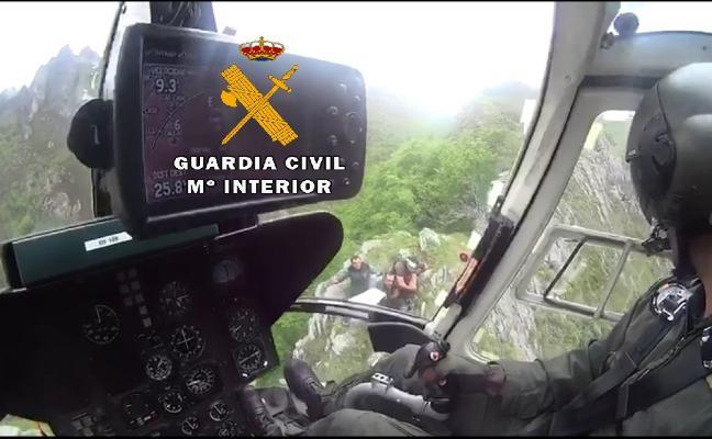 El helicóptero de la Guardia Civil rescata a un corredor herido en Aller