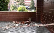 Cae parte de la techumbre de un edificio del Polígono