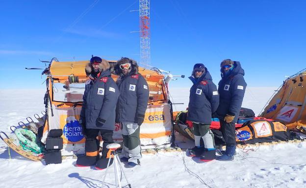 Los cuatro expedicionarios españoles en la Antártida/R. Larramendi