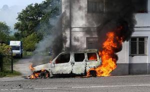 Un incendio calcina una furgoneta en Siero