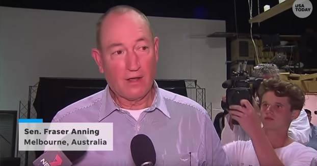 Le casca un huevo en la cabeza a un senador australiano y luego este le da un bofetón