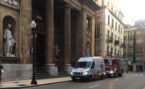 Los bomberos liberan a un adolescente cuya mano quedó atrapada en una silla