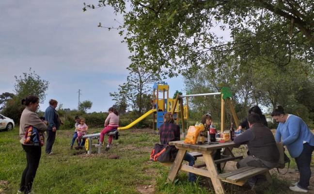 San Martín del Mar inaugura en Liñeru el primer parque infantil de la parroquia