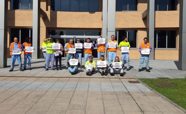 Los trabajadores de Urbaser en Castrillón reclaman un mismo convenio para toda la plantilla
