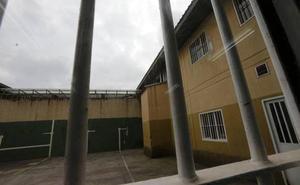 Una presa de la cárcel de Asturias agrede a dos vigilantes