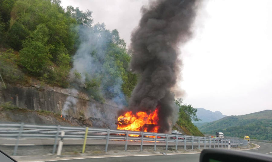 El incendio en un vehículo articulado obliga a cortar la AP-66 en sentido Oviedo