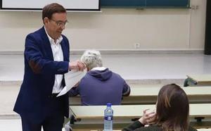 Elecciones autonómicas 26M: Juan Vázquez cierra la campaña en Oviedo examinando a sus alumnos de la Universidad