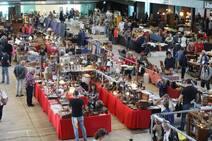 La Feria de Antigüedades, Coleccionismo y Vintage de Avilés triunfa entre los jóvenes