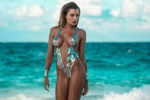 La horrible invasión de los bikinis hechos con cinta adhesiva