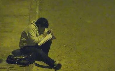 Víctor, el niño que estudiaba bajo una farola, encuentra ayuda en un millonario