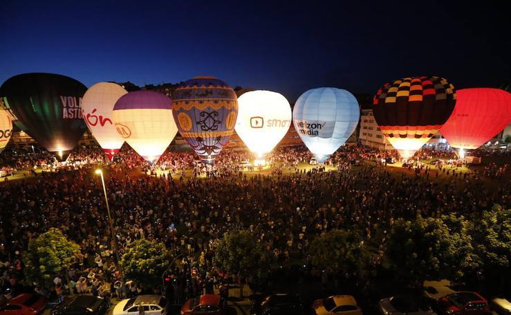Los globos ponen luz a la noche gijonesa