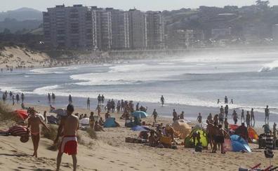 Un surfista rescata a tres menores atrapadas por la corriente en San Juan de Nieva