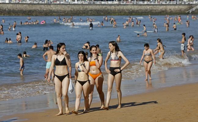 El calor que elevó el termómetro por encima de los 30 grados se aleja hoy de Asturias